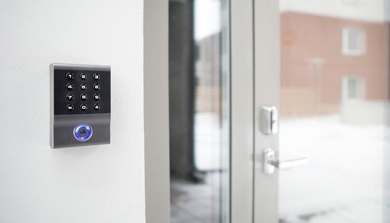 Optima Lock älylukko sekä koodinäpppäimistö ulko-oven vieressä