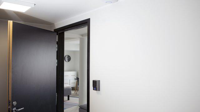 Ovi auki, jonka vieressä optima lock älyluko