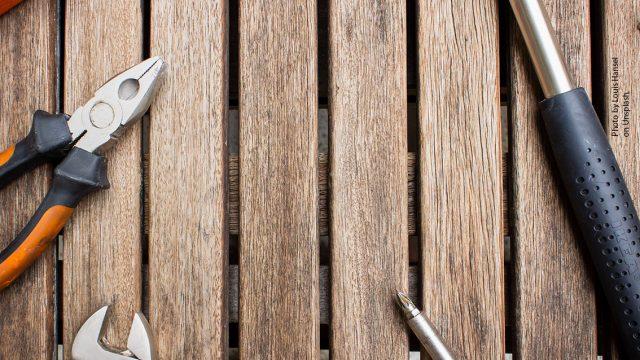 rakennustyökaluja ja puinen tausta